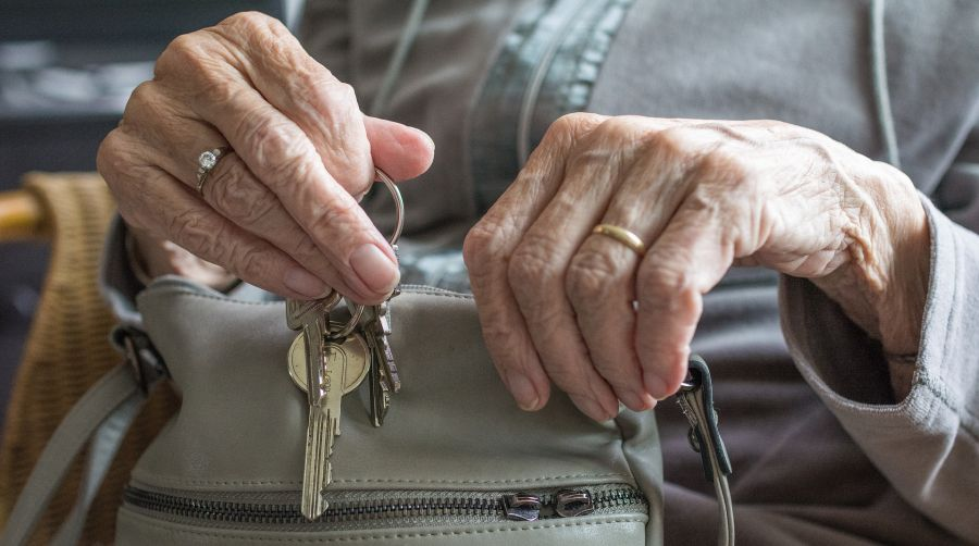 Mans de persoa maior con chaves